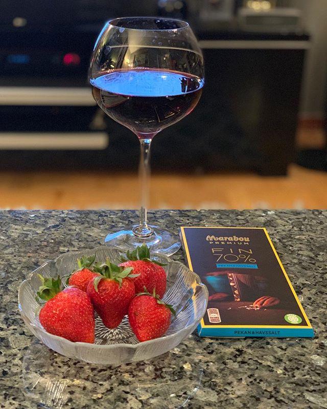 Då avslutar vi denna vecka med ett glas rött och lite godsaker  #happysunday #redwine #strawberry #darkchocolate