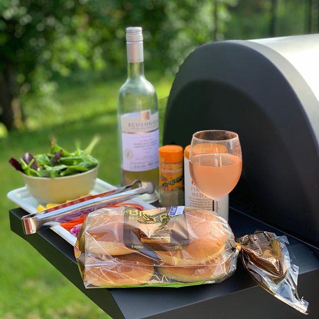 Homemade burgers and rosé 🏻 #burgers #hamburgare  #homemade #rosewine